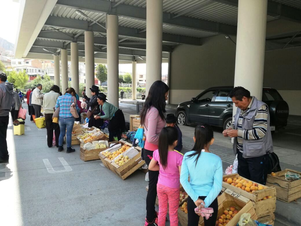 26 productores de durazno participan de segunda feria en La Paz