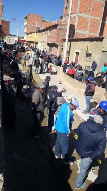 Abren zanja para tendido de tubería de riego por la avenida 6 de Agosto