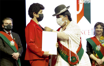 Camargueña de los sándwiches de chola recibió condecoración en La Paz