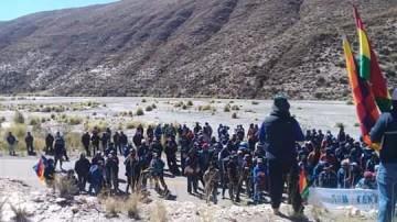 Campesinos de San Lucas bloquean Potosí-Camargo en Sivingamayu