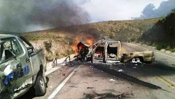 Colisionan dos camionetas en carretera y una se incendia en el acto