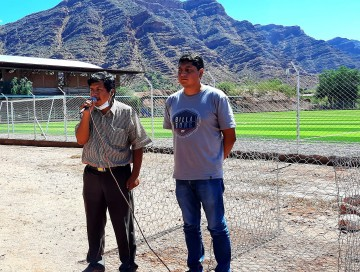 Construyen muros para proteger la cancha de pasto sintético de Villa Abecia