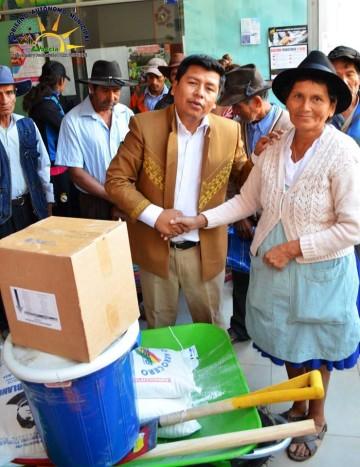 Entregan ayuda humanitaria a damnificados de Villa Abecia