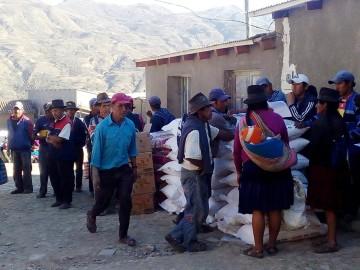 Más 300 familias de Villa Charcas reciben ayuda alimentaria