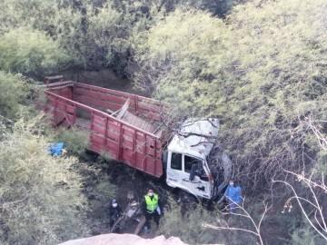 Muere chofer de camión al volcar en La Quemada