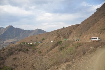 Mueren tres personas al volcar vagoneta en el camino a Santa Elena