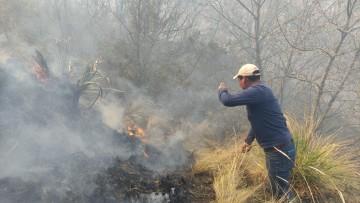 Personal de la Alcaldia de San Lucas y comunarios luchan contra el incendio, pero no es suficiente