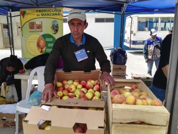 Productores de manzana participan en la feria de la Pascua de Sucre