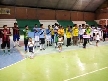 Profesores ponen a jugar fútbol de salón a los padres de familia