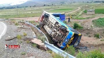 Vuelca un bus y deja cinco personas heridas en viaje Villa Charcas - Sucre