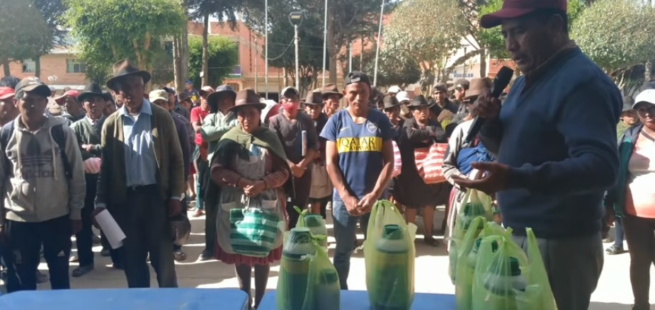Alcaldía de Villa Charcas entrega fertilizantes y foliares por la granizada