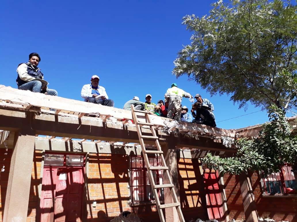 Familias trabajan en comunidad para cambiar techo de escuela
