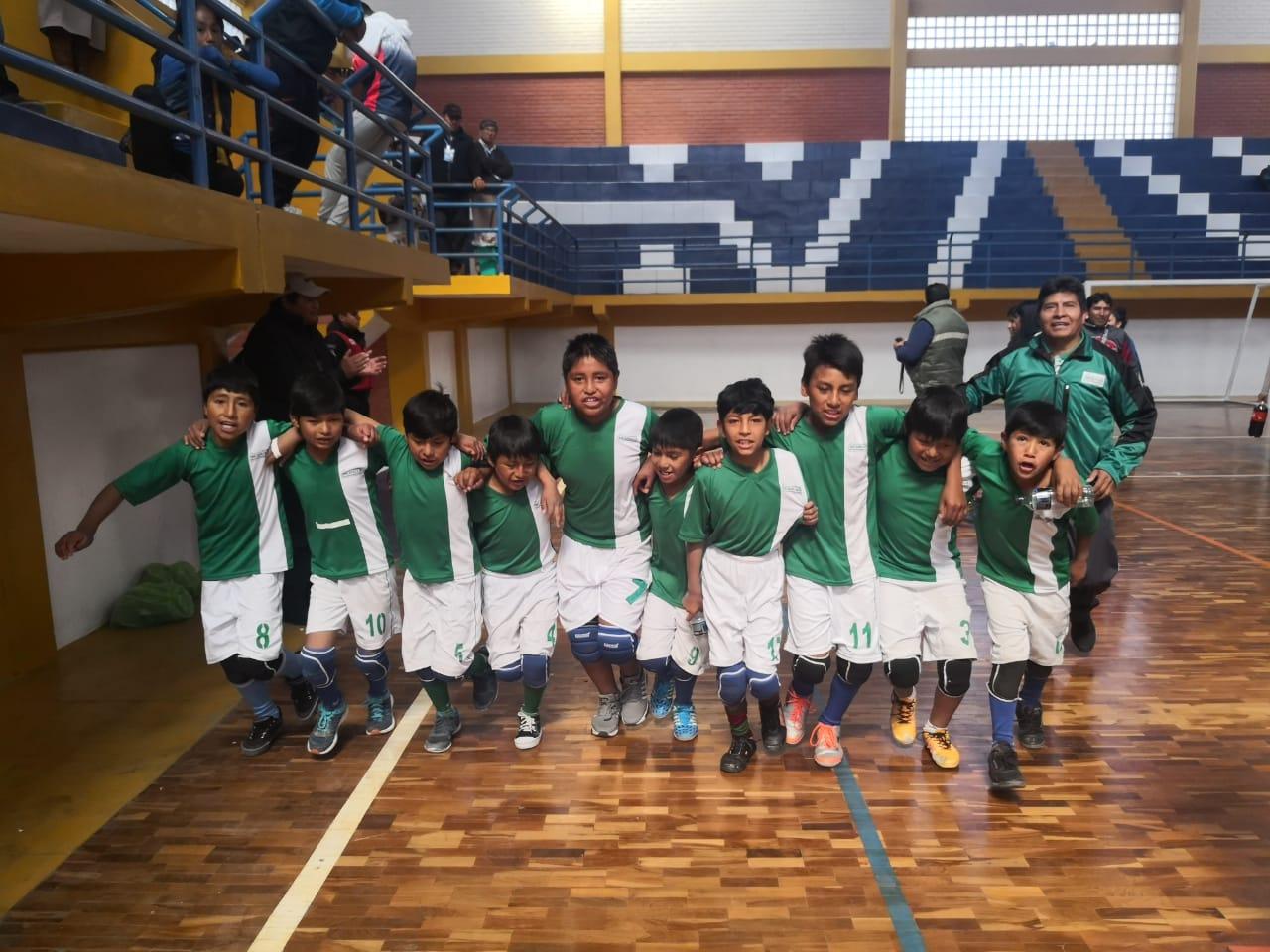 La Escuela de Miraflores de Incahuasi ganó oro en voleibol masculino