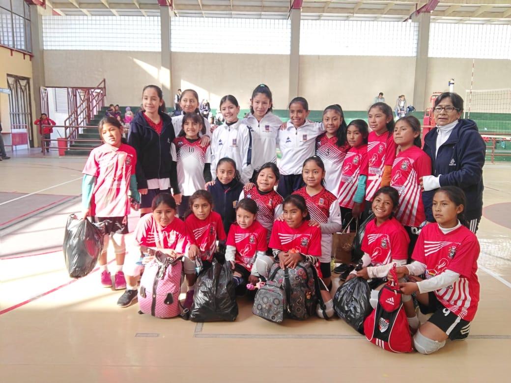 Niñas del Sagrado Corazón reconocen a campeonas de Arpaja Alta