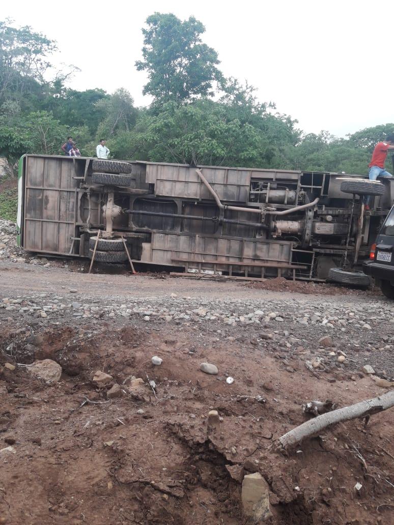 Un bus vuelca en Cañón Verde por las malas condiciones del camino